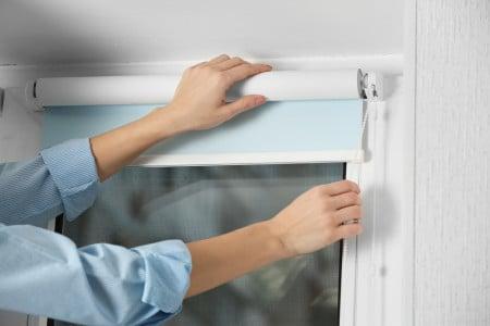 как ухаживать за рулонными шторами