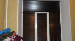 деревянные жалюзи на пластиковые окна