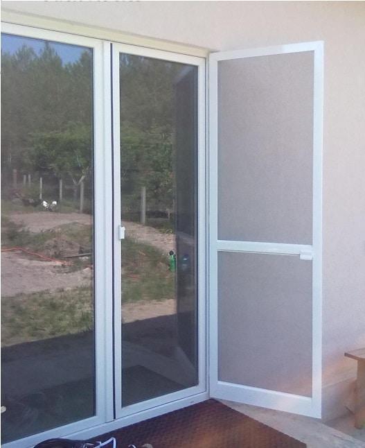 Москитная сетка для балконной двери.