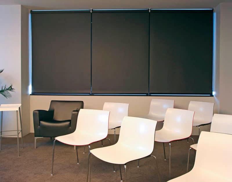 Рулонные свободновисящие шторы для школы